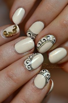 Nail art petit ornement de spirales ongles courts