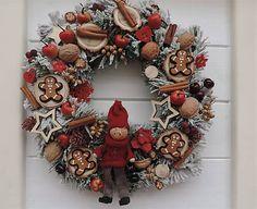 Clarah / Vianočný veniec s medovníkmi Christmas Wreaths, Holiday Decor, Fall, Home Decor, Christmas Garlands, Autumn, Homemade Home Decor, Holiday Burlap Wreath, Decoration Home