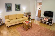 Schlafsofa im Wohnzimmer dieser Ferienwohnung, Wi-Fi und weitere moderne Medien stehen kostenfrei zur Verfügung.