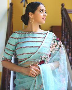 Latest Designer Blouse Design, Best Blouse Design For All Occasion Bhavana Actress, Modern Saree, Saree Blouse Patterns, Dress Patterns, Trendy Sarees, Blouse Models, Saree Dress, Dhoti Saree, Patiala Suit