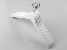 Wooden tops and dress hangers. Size: 44,5cm.