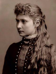 Royal Family Trees, Queen Victoria Family, Hesse, Alexandra Feodorovna, Dark Wallpaper Iphone, Tsar Nicholas, Imperial Russia, Princesses, Beautiful People