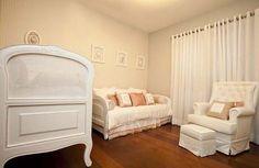 A mamãe da Isabela é bailarina clássica, daí a escolha do tema para o seu quarto de bebê. O projeto lindo e delicado - em rosa, branco e cinza -é do Ateli