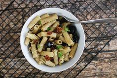 Mediterraner Nudelsalat mit getrockneten Tomaten, Oliven, Mozzarella und Pinienkernen - ideal als Partymitbringsel oder zum Grillen!