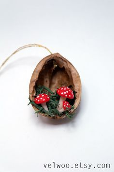 Pilz-Weihnachtsschmuck - Walnuss Shell Ornament - handgefertigte Ornament - Urlaub Dekor Perfekte Geschenk für alle Pilze Spaß! Sie erhalten eine Reihe von 6 Pilze Ornamente. Die ungefähre Größe der jedes Ornament ist 4cm. Die Walnüsse haben unterschiedliche Größen, weil sie natürlich sind. Weitere ORNAMENTE: https://www.etsy.com/shop/Velwoo?section_id=16913364&ref=shopsection_leftnav_1 Weitere Pilz-Elemente: https://www.etsy.com/shop/Velwoo/search?search_query=mushroomℴ=date_desc&vie...
