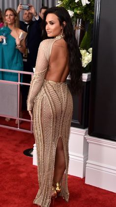 Demi Lovato shows her shoulder tattoo at The Grammy Awards Demi Lovato Body, Demi Lovato Dress, Demi Lovato 2017, Julien Macdonald Dresses, Selena Gomez, Divas, Grammys 2017, Revealing Dresses, Models