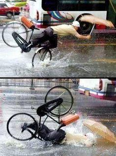 傘をさしての自転車は危ないなw