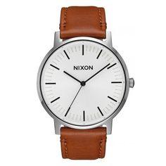 Zeitlose Armbanduhr von Nixon.  https://www.uhrcenter.de/uhren/nixon/herrenuhren/a1058-2442/