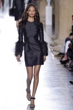 Najnowsze jesienno- zimowe propozycjeTopshop Unique to zarówno grzeczne sylwetki rodem z lat 60., jak i koktajlowe sukienki w stylu lat 90..