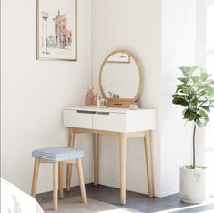 Coiffeuse scandinave miroir 2 tiroirs coulissants tabouret cm Table de maquillage SONGMICS - Lilly is Love Bedroom Dressing Table, Dressing Table Design, Makeup Dressing Table, Table Dressing, Dressing Table Ideas Ikea, Scandinavian Dressing Tables, Vanity Table Set, Modern Vanity Table, Beach House Decor