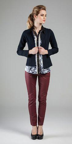 Casaco - Indigo Montello Black Blue 8,5 oz /// Camisa - Cetim Elastano New Printed, Gloss Span e Organza /// Calça - Indicolor® Coating 6,7 oz  #casualchique #jeanswear #printedshirt #courosecoatings