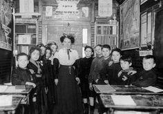 L'intérieur d'une classe vers 1900. À noter la croix d'honneur sur la blouse de l'écolier à gauche au 1 er plan et sur celle de la 2 e fillette à sa droite. Illustration DR