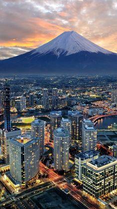 Yokohama City and Mt. Fujiyama - Japan. De grootste (3.776 meter) en heiligste berg van Japan.