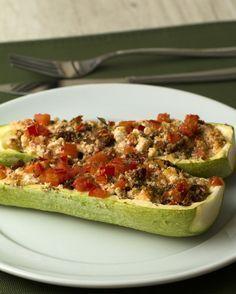 Super leve!   Faça este jantar leve com abobrinha recheada, ricota e tomate seco   https://lomejordelaweb.es