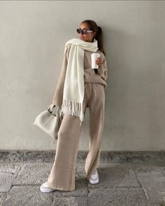 Fashion Poses, Fashion Outfits, Womens Fashion, Joggers Outfit, Brown Outfit, Ootd, Comfy Dresses, Mode Inspiration, Fashion Inspiration