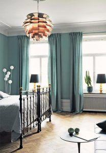 dormitorio-decorado-en-azul-con-lampara-artichoke-estocolmo