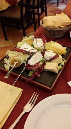 Misto di formaggi freschi e stagionati con aggiunta di miele e marmellata di fichi.