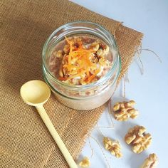 We love carrot cake and oats, so what better things to do than combine the flavours together to create these delicious, nutritious and super quick carrot cake overnight oats. Thanks to @TheHealthyJourney for this great (and easy!) recipe.