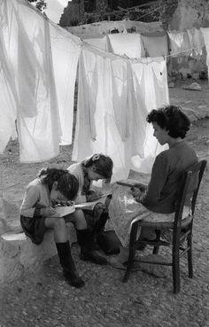 Life, Photo by Rene Burri, 1957 Photo Black, Black White Photos, Black And White Photography, Old Pictures, Old Photos, Vintage Photographs, Vintage Photos, People Reading, Robert Doisneau
