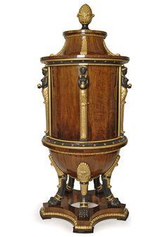 Musealer Biedermeier-Kabinettsekretär mit drehbarer Tabernakeleinrichtung, ausgestattet mit über 50 Fächern, viele als Geheimfächer angelegt. Signiert Georg Fischer, Wien, 1816/17.