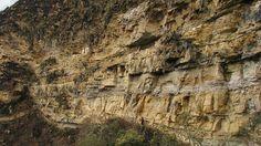 Surpreendente esta descoberta no meio dos rochedos daquela falésia. No início, parecem estátuas, mas são realmente sarcófagos. Eles estão na província de Luya do Peru, a 60 quilômetros a nordeste de Chachapoyas.