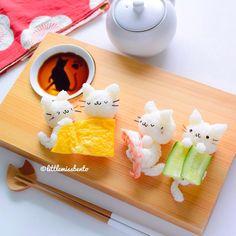 Sleeping kittens sushi art by Little Miss Bento Official (Little Miss Bento), Kawaii Bento, Cute Bento, Comida Disney, Japanese Food Art, Kawaii Cooking, Kawaii Dessert, Little Lunch, Sushi Art, Bento Recipes