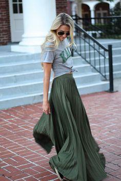 10 Ideias de combinações com saia longa que você pode apostar no verão. T-shirt cinza com estampa gráfica, saia longa plissada verde militar