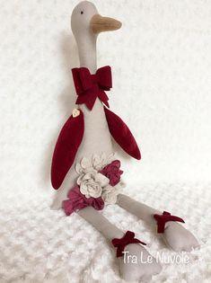 Clementina è una simpatica oca di stoffa. Le sue ali e il becco sono realizzate in feltro di lana. Sul davanti ha un decoro con fiori e foglie in feltro e sul collo un fiocco in feltro bordeaux. Misura da seduta circa 50 cm; in piedi 70 cm Adatta a decorare qualsiasi stanza della Pet Toys, Baby Toys, Baby Friends, Eco Friendly Toys, Fabric Toys, Dress Up Dolls, Handmade Toys, Happy Easter, Nursery Decor