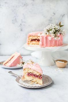 Coconut Sponge Cake, Coconut Icing, Strawberry Sponge Cake, Coconut Cakes, Lemon Cakes, Bounty Chocolate, Raspberry Buttercream, Buttercream Cake, Buttercream Frosting