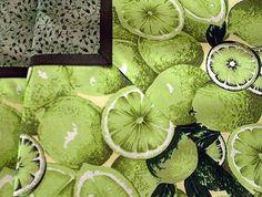 Receba seus convidados com requinte e beleza usando uma toalha como essa. Seja para o lanche, almoço, café da manhã.  Medidas 130cmx130cm. O primeiro tecido é tom sobre tom em verde e o detalhe corre por conta do tecido estampado de limões.