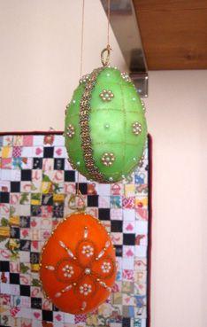 Se già nel periodo natalizio avevo appeso alla mia mensola delle uova in cera (andate a rivederle qui ) dato che il significato simbolico di...