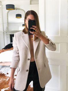 Jessica Skye wearing a beige blazer from Other Stories Beige Blazer Outfit, Look Blazer, Blazer Outfits, Casual Outfits, Cute Outfits, Emo Outfits, Summer Outfits, Look Zara, How To Wear Blazers
