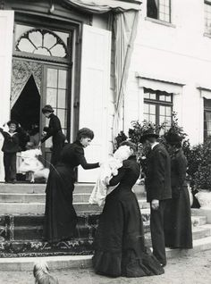 Queen Alexandra of the United Kingdom, Tsarina Alexandra Feodorovna of Russia (holding Grand Duchess Maria), Tsar Nicholas II of Russia and Dowager Empress Marie Feodorovna of Russia. Grand Duchess Tatiana is also pictured going through the doors.
