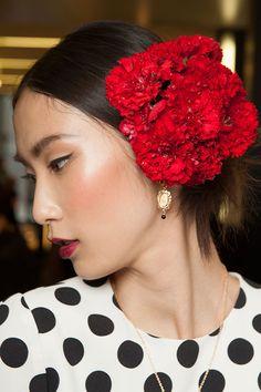Boca vermelha e flores são tendência. #Desfile #Moda