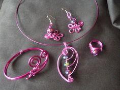 Handgemaakt sieraden setje, armband, oorbellen, hanger en ring van aluminium draad (hypo allergeen) meer op www.feliva.nl