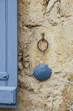 Sur le chemin de Saint Jacques de Compostelle. Cottages By The Sea, Beach Cottages, Coastal Cottage, Coastal Living, Deco Marine, Coquille Saint Jacques, Turquoise Furniture, House By The Sea, Scallop Shells