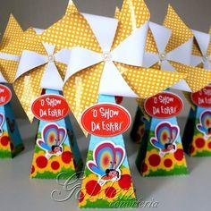 Caixa cone triângulo com cata-vento!! Linda né !! #personalizados #1aninho #festasinfantis #showdaluna Orçamentos: goldenconviteria@gmail.com