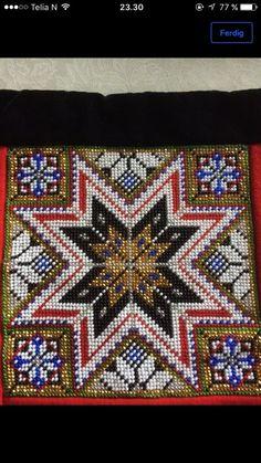 Bringeklut i perler, brystduk Scandinavian Embroidery, Hardanger Embroidery, Lace Making, Rug Hooking, Bead Crafts, Needlepoint, Folk Art, Needlework, Cross Stitch