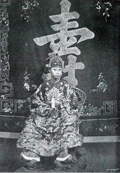 1900: La majesté Thanh Thai, roi d'Annam et du Tonkin, en costume de cérémonie