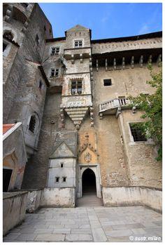 hrad Pernštejn - nádvoří Prague, Czech Republic, Manor Houses, European Countries, Mansions, Palaces, House Styles, Castles, Bohemia