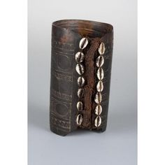 Armband Date: Century Made At: Papua New Guinea Medium: Turtle shell, fiber and cowrie shell Dimensions: 6 x 4 x 3 ½ in. African Jewelry, Tribal Jewelry, Unique Jewelry, Jewelry Ideas, Diy Jewelry, Islas Cook, Cuff Bracelets, Bangles, Bracelets