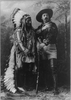 Sitting Bull (Toro Seduto) e Buffalo Bill (William Cody) Native American Photos, Native American History, American Indians, American Women, Sitting Bull, Man Sitting, Buffalo Bills, Wild West, Art Indien