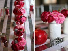 une jolie décoration avec fleurs en pots de confiture