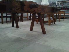 Tornillos hermosamente tallados que son parte de un banco de carpintero antiguo