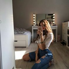 //Rou selfie foto, poses for pictures, picture poses, photo poses, mirror. Model Poses Photography, Fashion Photography, Photography Lighting, Photography Ideas, Travel Photography, Cute Poses For Pictures, Poses For Photos, Posing Ideas, Car Pictures