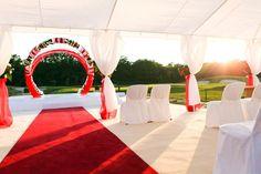 Tolle Hochzeitsdekoration mit roten Farbelementen.