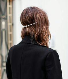 Ótimo esse jeito de usar tiara, fica super diferente e estiloso! E essa com perolinhas é um charme...
