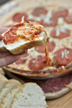 Pepperoni Pizza Dip: an easy appetizer that's sure to please any crowd! WR: ff cream cheese, lite mozzarella, and turkey pepperoni with naan for dipping. Pizza Dip Recipes, Appetizer Recipes, Appetizers, Cooking Recipes, Pepperoni Pizza Dip, Pepperoni Recipes, Turkey Pepperoni, Cherry Cheesecake Dip, Yummy Food