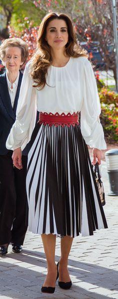 Queen Rania of Jordan Queen Rania, Queen Letizia, Jordan Royal Family, Royal Style, Duchess Kate, Royal Families, Royal Fashion, Cute Dresses, Queens