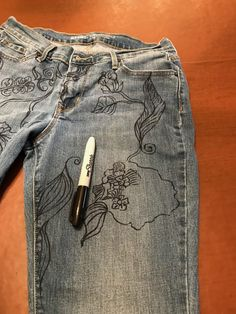 Grab a Sharpie and get some personality into a pair of jeans! I d… - Stickerei Ideen Painted Jeans, Painted Clothes, Diy Fashion, Ideias Fashion, Punk Fashion, Fashion Dresses, Jeans Drawing, Diy Jeans, Jeans Refashion